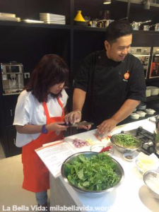 rinda-preparing-to-blanch-her-vegetables-for-jukut-urap_wm