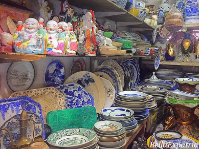 Chinese ceramic plates and Buddhas on display